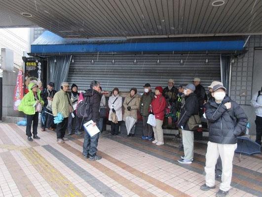 所沢駅西口に集合して近くの歩道橋の下で今日の資料等の説明