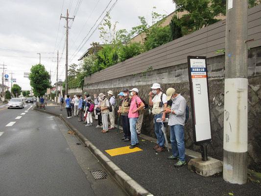 浜田歴史公園バス停(16:30) 駅まで徒歩30分程でしたが、今回は終了時間が遅かったこともあってか、殆どの方が路線バスで「海老名駅」に行きました