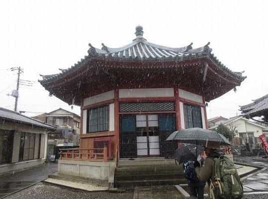 遊石山新光寺 本堂  源頼朝が建久4年(1193)那須野へ鷹狩に行く途中、昼食地としたことで田地を寄進した。