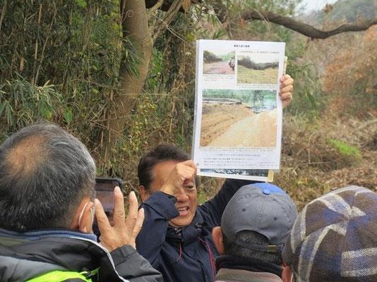 「上の原遺跡」の覆土上で 国内最大級の鎌倉古道跡発掘状況を説明する宮田団長。