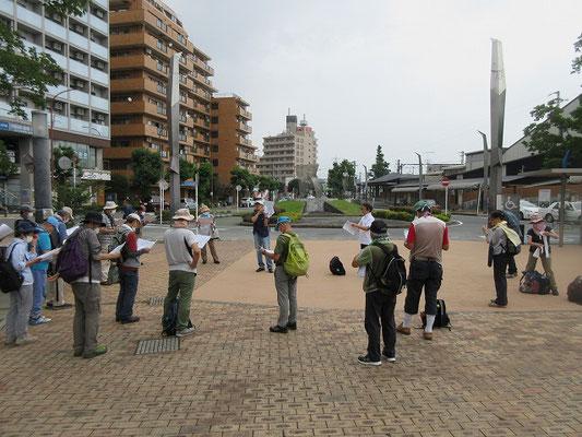 鶴巻温泉手湯「千の泉」前広場(9:30集合)  今日のガイド田邊講師による資料の説明。  「鶴は千年」と「1000m掘削したこと」をかけて「つるまき千の湯」と命名されました。