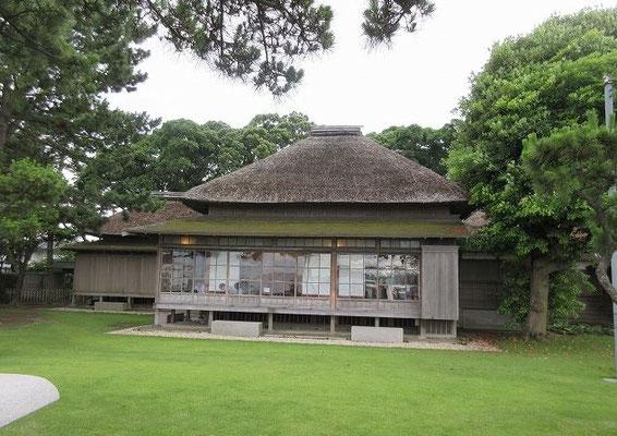 旧伊藤博文金沢別邸  初代内閣総理大臣を務めた伊藤博文により、明治31(1898)年に建てられた茅葺寄棟屋根の田舎風海浜別荘建築です。伊藤博文が風光明媚な金沢の地を好んで建てたといわれています。邸内では、伊藤博文に関する資料や調度品などを展示しています。また、庭園からは海が一望でき、金沢区の花「ボタン」をはじめ、四季折々の花を楽しむことができるなど、歴史・文化に触れ合う市民の憩いの場として公開しています。