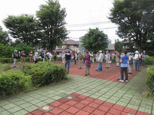 上浜田中世遺跡群(浜田歴史公園) 鎌倉〜室町時代の武家屋敷跡と推定される建物群が確認されています。  建物跡としては、少なくとも8棟あったことが判明しており、その配置から武家の特徴が出ていました。 渋谷重国の長男光重の子で、大谷郷に居を構えていた大谷四郎重茂屋敷の可能性が考えられています。  主屋跡の柱の位置に立って説明を聞きました。まさに「ソーシャルディスタンス」でした。