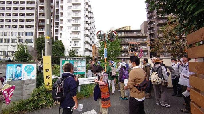 横浜線に分断された鎌倉街道の位置に立つ。  ビル群と説明を受けながら立っている間の下を、横浜線が走っています。