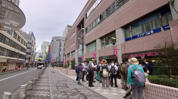プラザ町田ビル横にて解散式