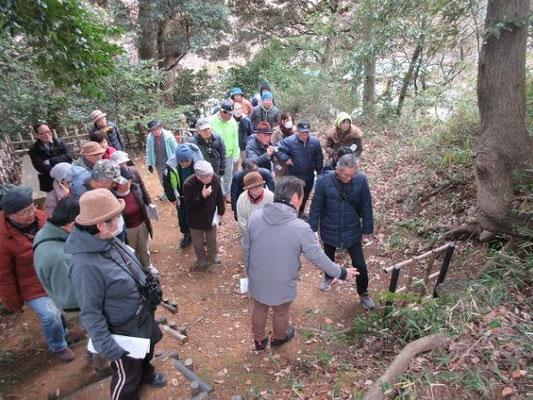 百草城散策  団長が発見した穴、東の曲輪、馬の背土橋、中央曲輪などの説明を聴きながらの散策でした。