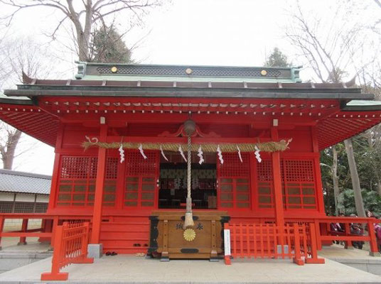 ●小野神社 延喜式式内社、旧武蔵国一宮、旧郷社  小野神社は、多摩市一ノ宮にある神社です。  小野神社の創建年代は不詳ですが、かつては武蔵国の一宮であったと比定され、延長5年(927)に作成された延喜式神名帳に記載されている「小野神社」にも比定されています。  新編武蔵風土記稿では、「武蔵国はかつて三国だったことから、その内の旡邪志国の一宮であったものの、三国が一国に統合された際に氷川神社が一宮になったのであろう」と推定しています。