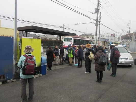 野津田車庫バス停付近 (15:55解散)   野津田バス車庫で、古代東海道が「奈良時代・続日本紀ルート」と 「平安時代・延喜式ルート」に分岐するという団長の説。駅家の推定地。