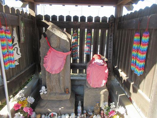 化け地蔵  下水野の地蔵尊(水野の化け地蔵)  貞享2年(1685)に造立されたもので、この周辺は、欅や竹がうっそうと茂る、とても寂しい場所で、夜中に通るとそこにポツンと立つ姿がお化けに見えたからだそうです。 「夜泣き地蔵」「化け地蔵」「抜苦地蔵」「子育て地蔵」など、様々な呼ばれ方をされている。