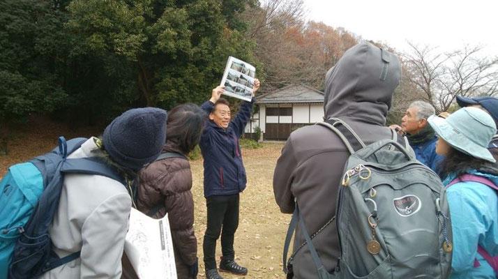 町田GIONスタジアム近くの村野常右衛門生家付近で昼食(12:20~13:05)後、午後からのコース説明をする宮田団長。