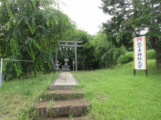 比々多神社 元宮 この高台(旧 宮山)は標高約100mに位置し、かつて比々多神社の社殿が建てられていた「埒面(らちめん)」という神聖な場所です。  少し霞んでいましたが、伊勢原駅などの市内スポットや相模湾(江ノ島はこの日は見えませんでした)、横浜市街が一望できました。