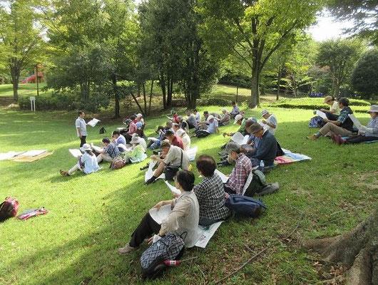 大谷戸公園(昼食・野外教室) 広々とした芝生と遊具が一面に見渡せ、小さい子にはコンパクトさがちょうどよい公園です。  公園には珍しい「キャンプ練習場」があります。  昼食後に団長による野外教室で勉強しました。