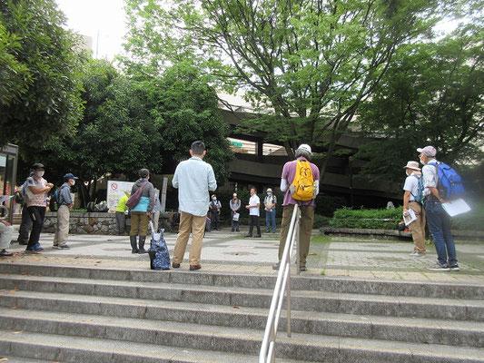 「小田急永山駅」改札口前近くの公園で集合  路線バスで「永山高校」バス停へ。  時間差通学で高校生が乗っていましたが、何とか全員が乗れました。