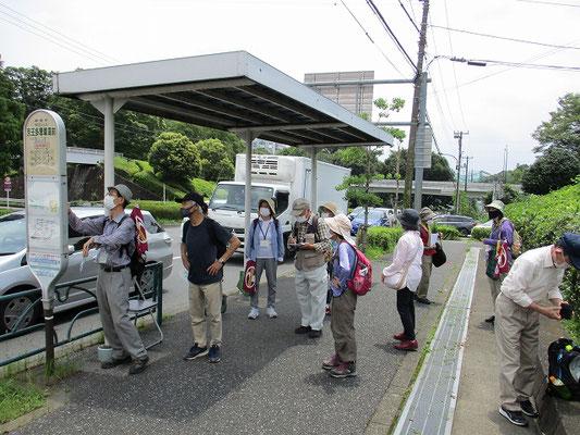 京王多摩車庫前バス停で解散(11:50)   30度近い暑さの中、大変お疲れ様でした。