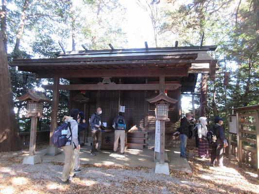 堀兼神社  社伝によると、景行天皇の四十年に日本武尊が東北のえぞ征伐の帰途この地に立ち寄ったところ、 土地の人々が旱害に苦しんでいるのを見て、富士山に祈願したら、たちまち清水が湧きだした。 そこで土地の人がこのゆかりの地に浅間神社を創建したのが始まりだという。
