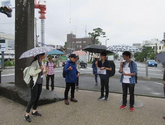 二の鳥居からスタート。鎌倉の地形に関して説明を受けています。