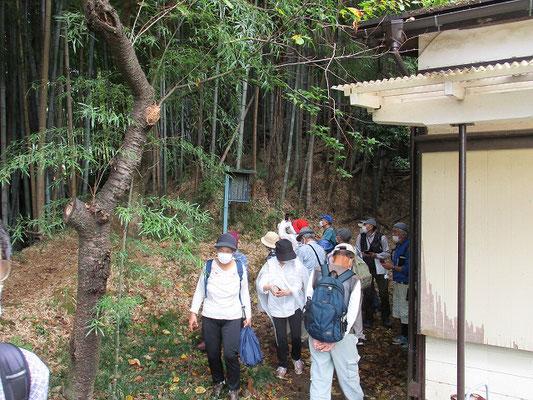 比丘尼の墓・「六部塚」の看板 (町田市教育委員会)   田中谷戸倶楽部の裏に設置されています。