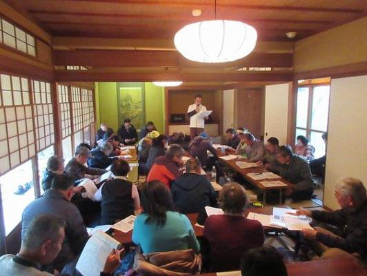 茶室 三檪庵(さんれきあん)での昼食後に、団長による中世の山城「百草城」発見のいきさつを資料を見ながら聴きました。