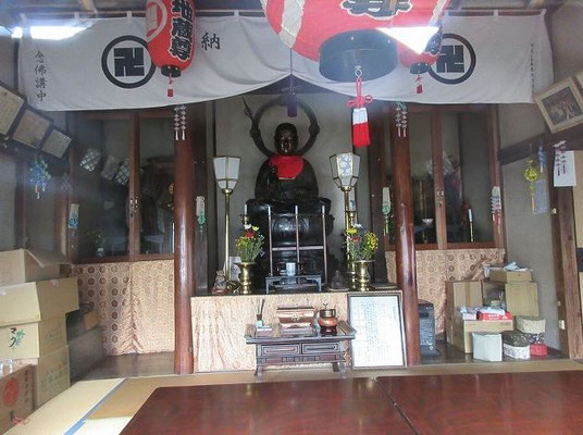 西の地蔵 地蔵菩薩坐像(坂下地蔵) 日野宿の西端にあたり、西の地蔵とも呼ばれています。