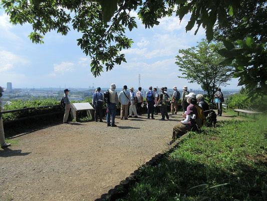 防人見返りの峠  畑になっている古道跡の横を通って「防人見返りの峠」で休憩。