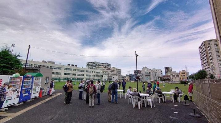 町田シバヒロで休憩。  町田市役所本庁舎跡地を利用したこの多目的広場は、様々なイベントに使用されています。