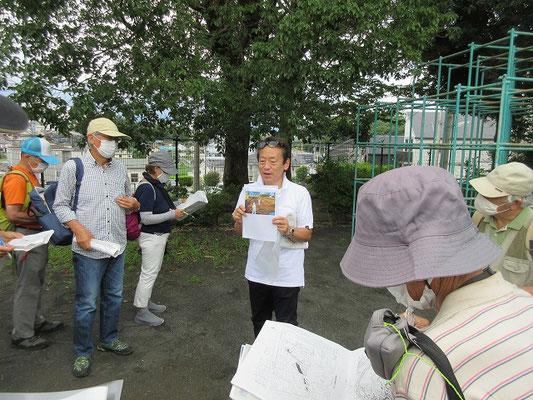 望地道下児童公園(もうちみちしもじどうこうえん) 資料を見ながら平安時代の古代東海道推定ルートと、望地遺跡の道路跡の説明。