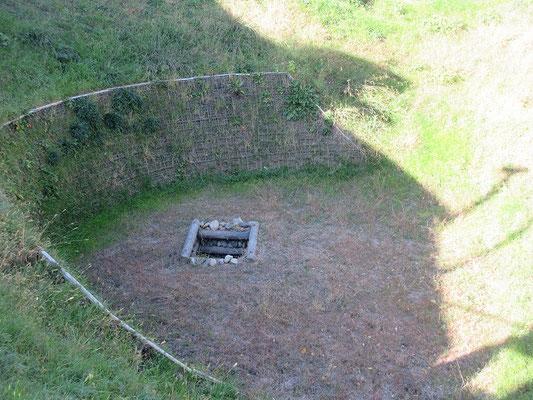 七曲井  周囲七十m餘、直径二十六m、深さ十一・五mという大規模な漏斗状(ろうとじょう)井戸です。 井戸が掘られた時代については、建仁二年(1202)との説がありますが、確かではありません。  府中から入間川に至る奈良・平安時代の古道沿いにあるため、平安中期に開拓とるため武蔵国府の手により掘られたと考えられています。