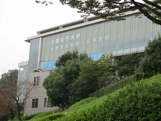 大妻女子大学・多摩キャンパス   1988年 多摩市唐木田に多摩校(多摩キャンパス)開設。  短期大学部には生活科・日本文学科・実務英語科を設置し、大妻多摩中学校・高等学校も併設。