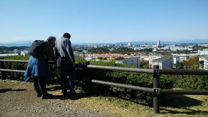 防人見返りの峠  多摩市域を一望でき、大山、蛭ケ岳、富士山がきれいに見えました。眼の前に多摩ニュータウンが広がります。