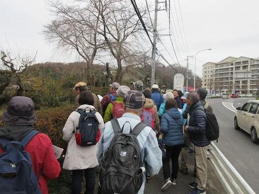 五反田バス停付近で古代道痕跡(幅12mの区割り)の説明を聴く