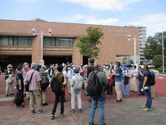 麻生区役所・麻生文化センター前   昼食解散。(12時10分~13時15分)