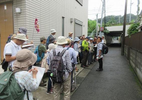 六浦陣屋跡付近  六浦藩米倉氏1万5千石陣屋跡。  陣屋跡は宅地化の進行で見る影もないが、遺構として、陣屋入り口に石段が残っています。