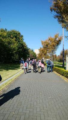 若葉台駅から「よこやまの道」めざして出発です。