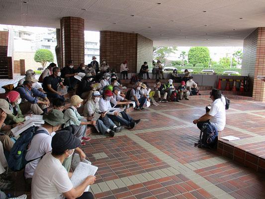 麻生文化センター入り口横   午後の予定と説明、活動予定のチラシ配布。