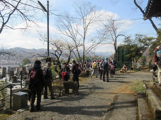 長福寺・鳥栖観音堂  長福寺の開山は江戸時代の寛永2年(1625)に没した勝恵法印といわれています。       鳥栖観音堂  安置仏は行基作の千手観音です。火災除けの観音様として火防(ひぶせ)のご利益があります。 東京都随一の2500株もの萩が植えられています。  本堂前はもちろん,萩霊園とよばれる広大な墓地のそこかしこに萩が咲きます。