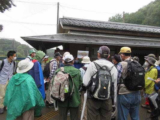 上の原グラウンド横で休憩後、団長による昔の写真やイラスト、資料の説明がありました。