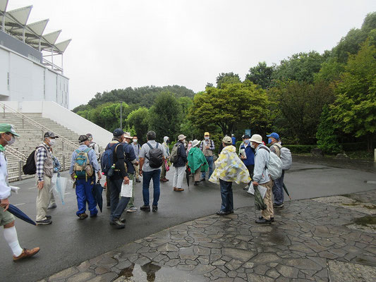 町田市立野津田公園に入り、町田GIONスタジアム前で昼食の解散。 (11:35~12:15)