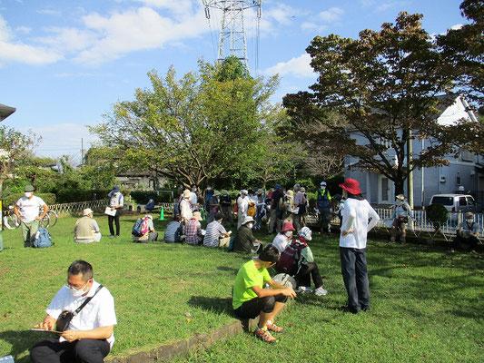 入定塚児童公園(稲城市)にて休憩   高圧線の真下が細長い公園になっています。