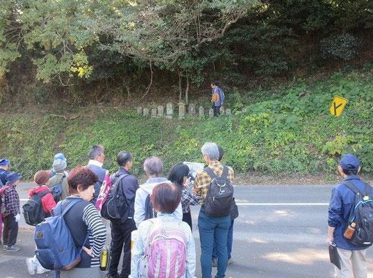 .石仏群  加藤団員による石仏の説明。江戸時代の石仏がこの古道筋に集められ、石仏群となって残されています。