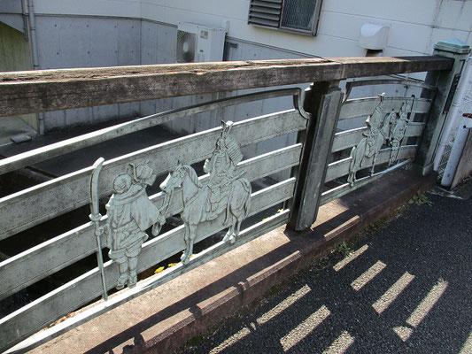 弁慶の二枚橋   1180年源頼朝の挙兵を聞いて鎌倉に向かう義経一行が五反田川を渡ろうとしたところ、橋が腐り壊れかけていた為、一行は村人の力も借りて丸太を並べ縄で縛り、土を敷いて橋を作り直し無事通過したと云われています    横から見ると「のし餅」を二枚重ねたように見えたことから「二枚橋」と呼ばれるように。