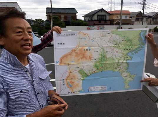 古代の都築郡の地理と境界について説明する古街道研究家の宮田太郎団長