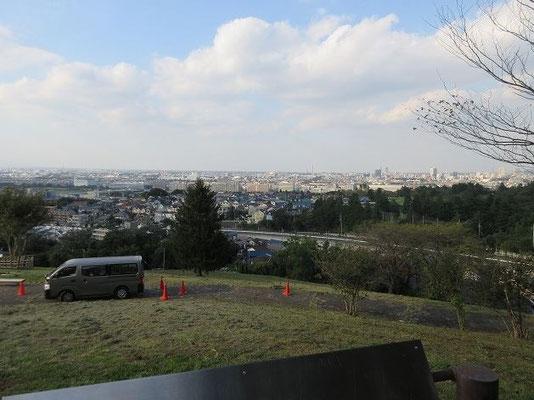 ゆうひの丘(15:50解散) 公園の北部に面する高台と斜面は『ゆうひの丘』として整備されていて、府中市をはじめ多摩エリアを広く見渡せる見晴らし・夜景スポットとしても人気を集めています。  数々のドラマやミュージックビデオのロケ地としても利用されています。 ここで、15:50に解散しました。  歩いて帰る人、バスで永山駅、聖蹟桜ヶ丘駅に行く人といろいろでした。お疲れ様でした。