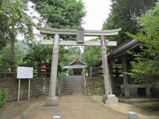坪ノ内八幡神社  元々比々多神社の摂社として二本松に創立・鎮座していましたが、坪之内村が神戸村観音谷戸および三之宮村谷戸岡を分離して一村となりました。  慶長8年(1603年)、現在の鎮座地に遷座再建とされています。