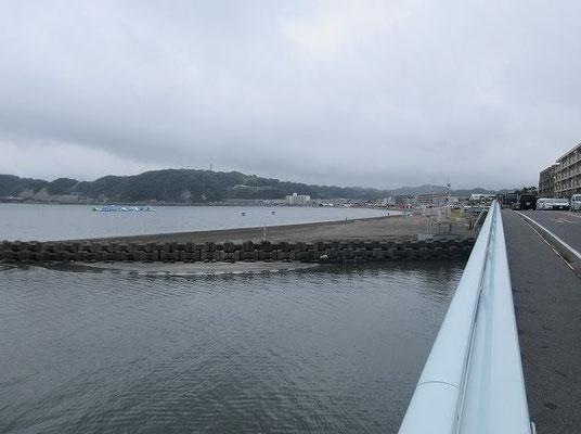 ・渚橋からの逗子海岸  渚橋は、国道134号線の海岸線を走り逗子海岸の終わりにある橋です。江ノ島、逗子海岸、披露山を望み、天気が良ければ江の島の奥に富士山も見ることが出来ます。正面奥が披露山です。           逗子海岸は、遠浅で波も穏やかであり浜が小細砂で貝殻や砂利や泥が少ない。ウィンドサーフィンなどで有名。関東で最も海開きの早い海水浴場です。