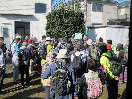 昼食後、金刀比羅社に集合(13:00)、団長による午後の予定と地形図の説明