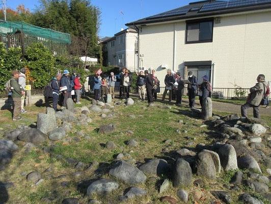 田端環状積石遺構 1968年、畑を耕作中に偶然発見された、縄文時代後期から晩期(約3500年から2800年前)の墓地・祭祀場です。30基の墓からなる集団墓地が形成された後、その上に9×7メートルの環状積石遺構(ストーンサークル)が作られました。 現在は実物を埋め戻して保存し、その上にレプリカで遺構を復元しています。  冬至に蛭ケ岳の真上に太陽が沈むのが観測できることからこの場所が選ばれたとされている。   今年の冬至は 12月22日です