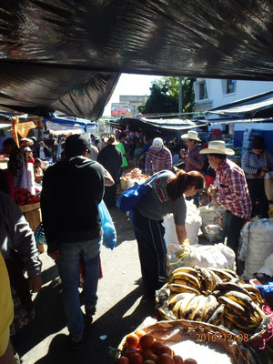 ...sehr bunter Markt in Guatemala