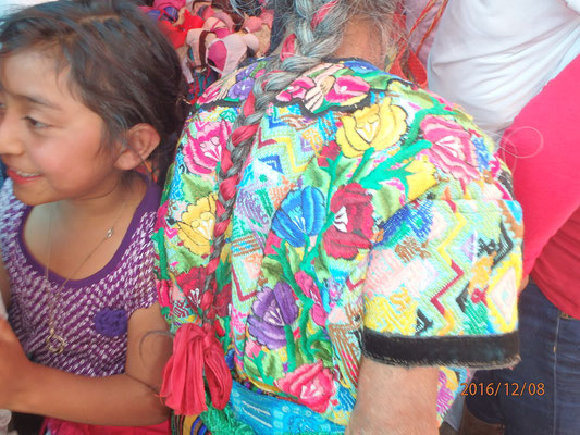 ...tolle Stickerein bei den Marktfrauen