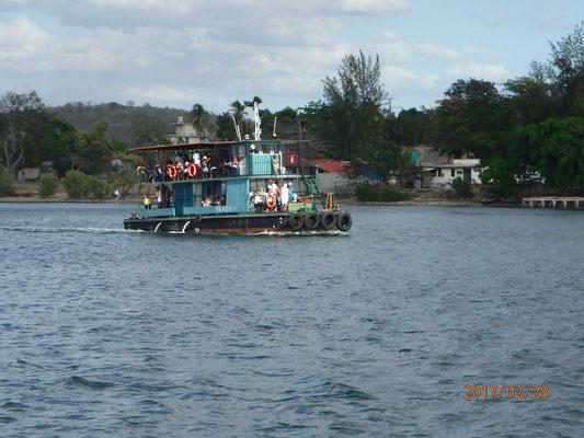 Fusswanderung um den Hafen mit Blick auf die Hafenfähre