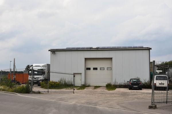 LKW und eine Industriehalle
